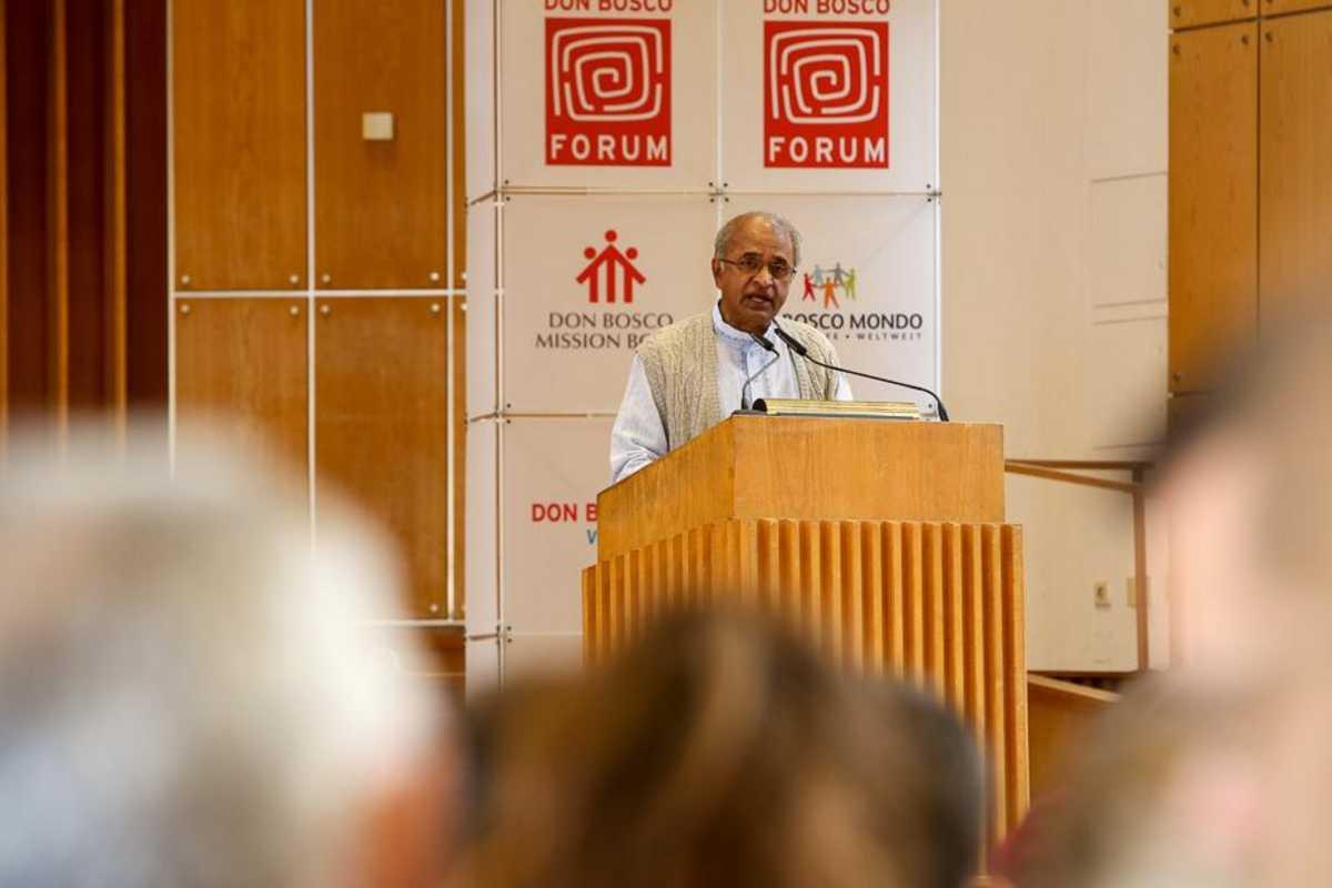 Pater Koshy SDB hält eine Rede