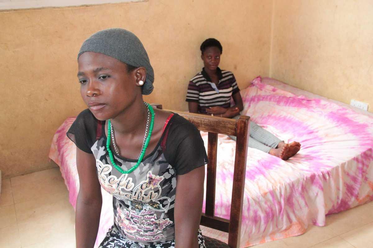 Aminata sitzt niedergeschlagen auf einem Stuhl
