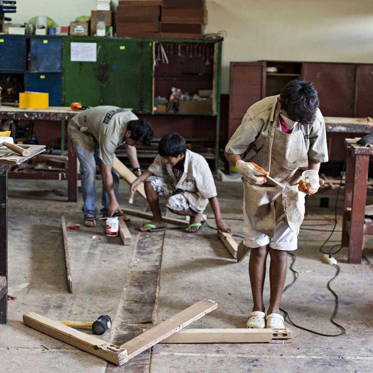 Jugendliche bei der Schreinerausbildung in einem Don Bosco Zentrum