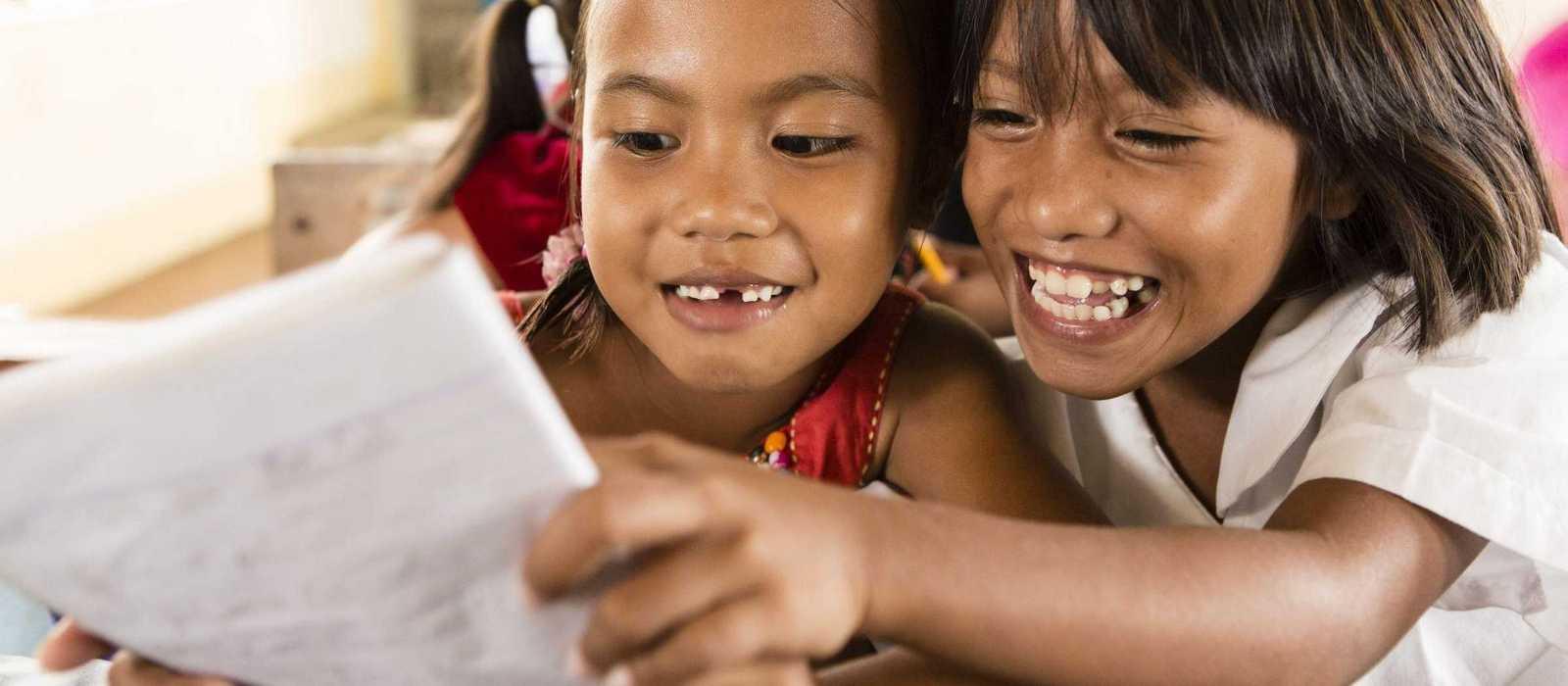 zwei lachende Mädchen