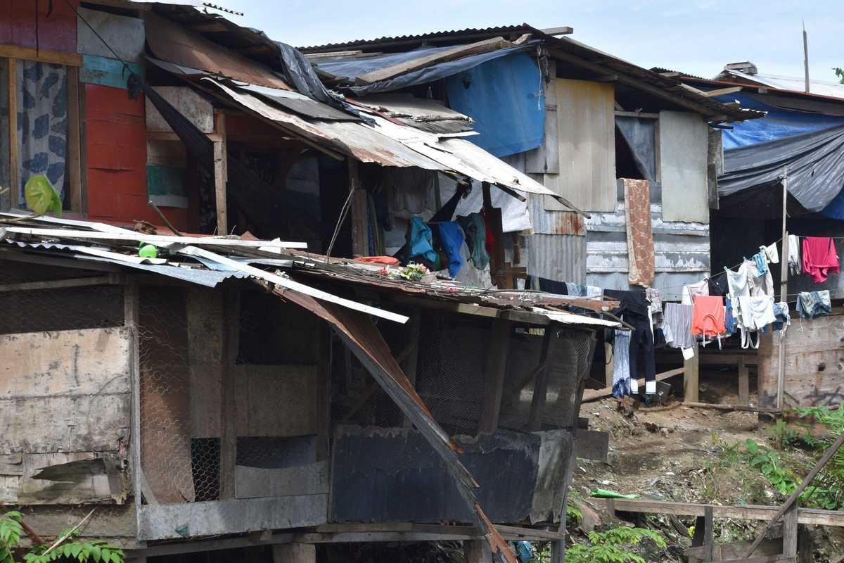 heruntergekommnes Haus ist das Zuhause von vielen Familien auf der Mülldeponie