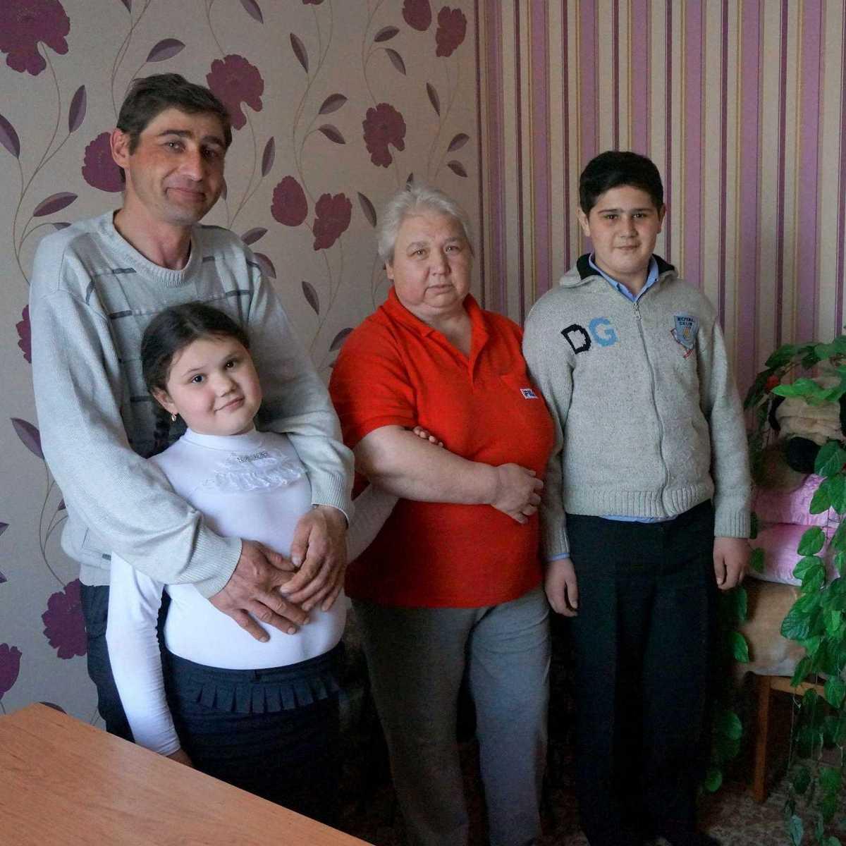 Anna und Mihail mit ihrer Großmutter und ihrem Vater
