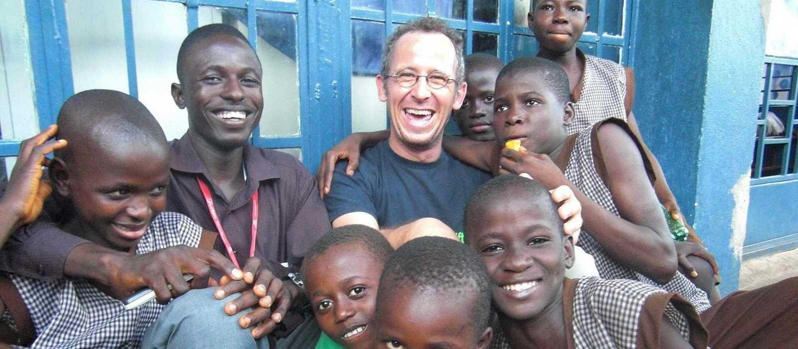 Lothar Wagner in einer Gruppe von Jungen