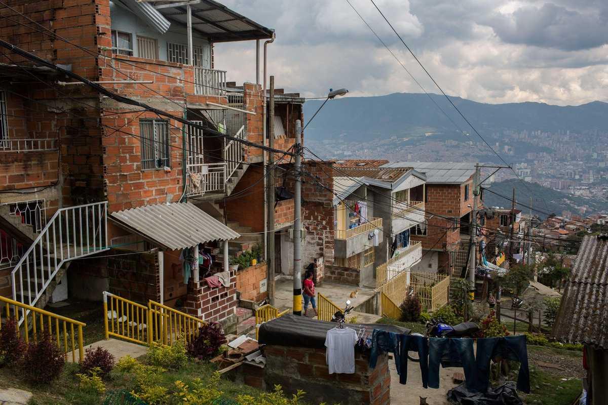 Backsteinhäuser am Rande von Medellín mit Blick auf die Stadt