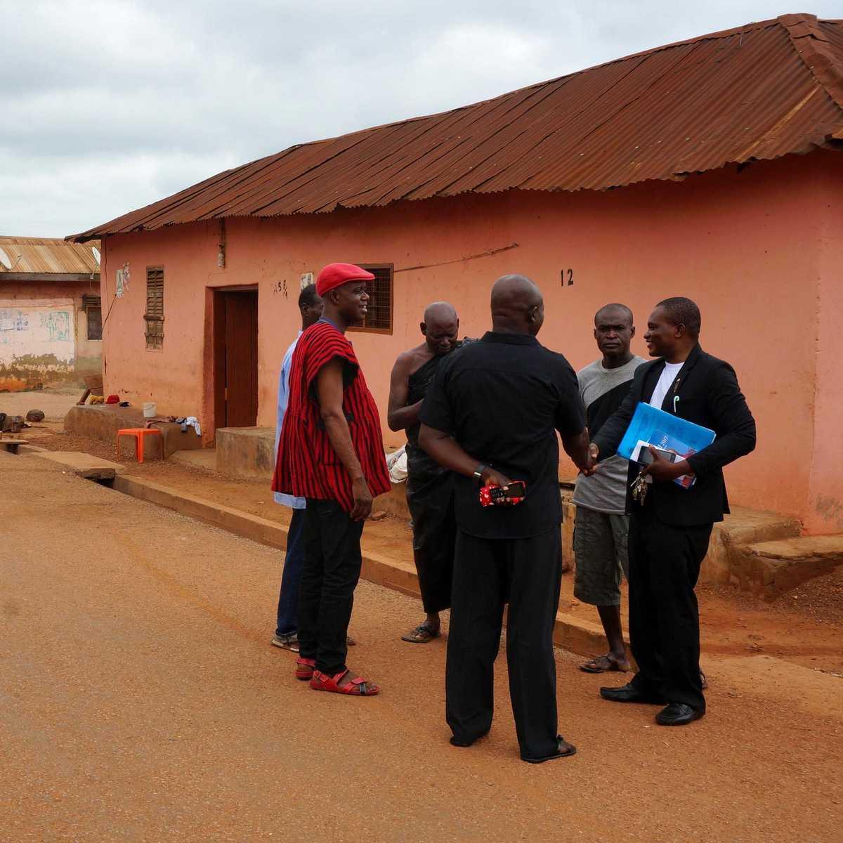 Pater Sung SDB im Gespräch mit Männern auf der Straße