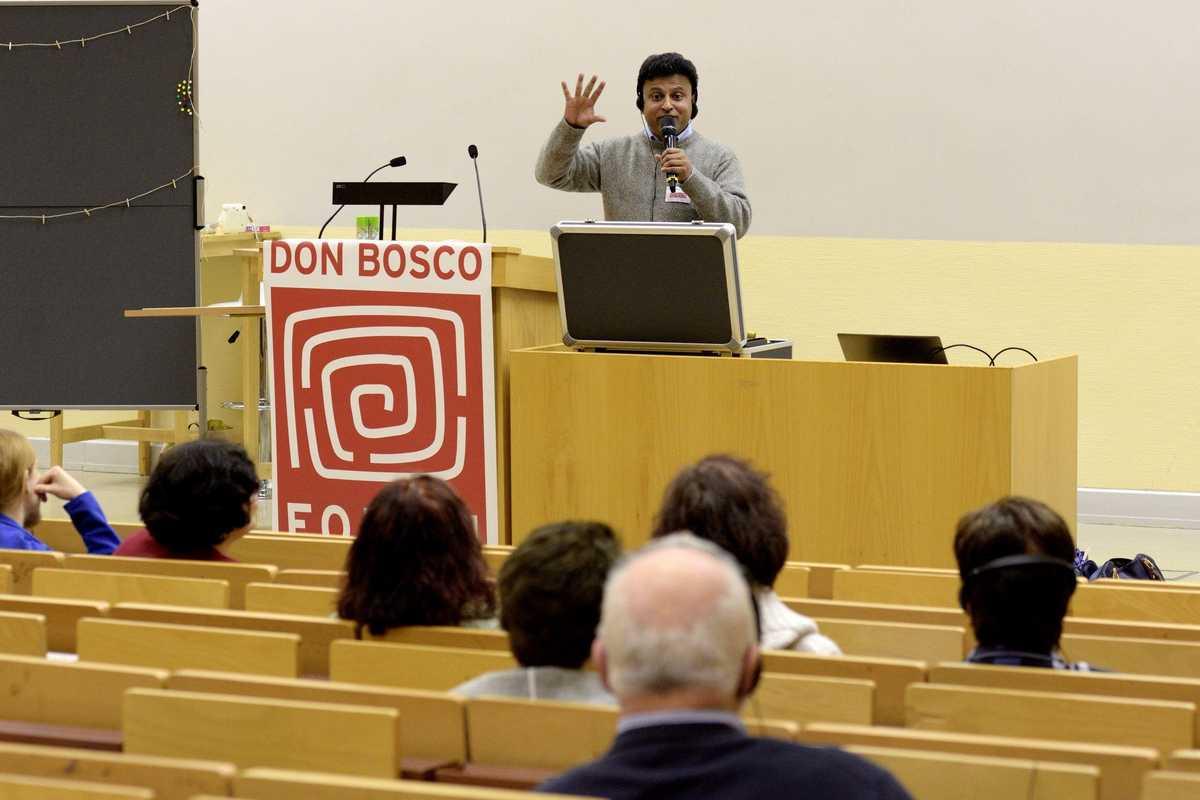 Father Joy erzählt den Gästen beim Forum viel über Kinderarbeit in Indien.